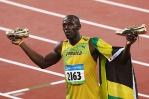 Usain Bolt muestra su trofeo tras ganar en Pekín la final de los JJOO 2008